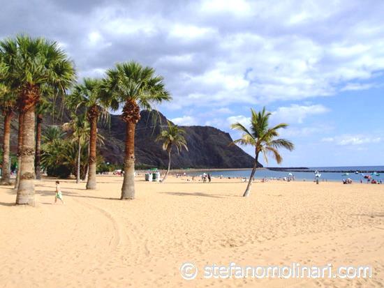 Playa las Teresita - în nord-estul insulei, lângă capitala Santa Cruz.