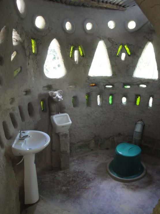 Cred ca baia asta este doar pentru bărbați, cel puțin pișoarul este. Poza de aici
